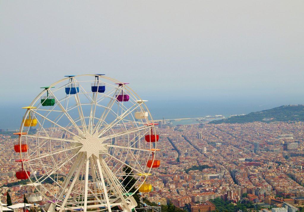 Man kann eine atemberaubende Sicht über die Stadt genießen oben am Hang vom Park Guell