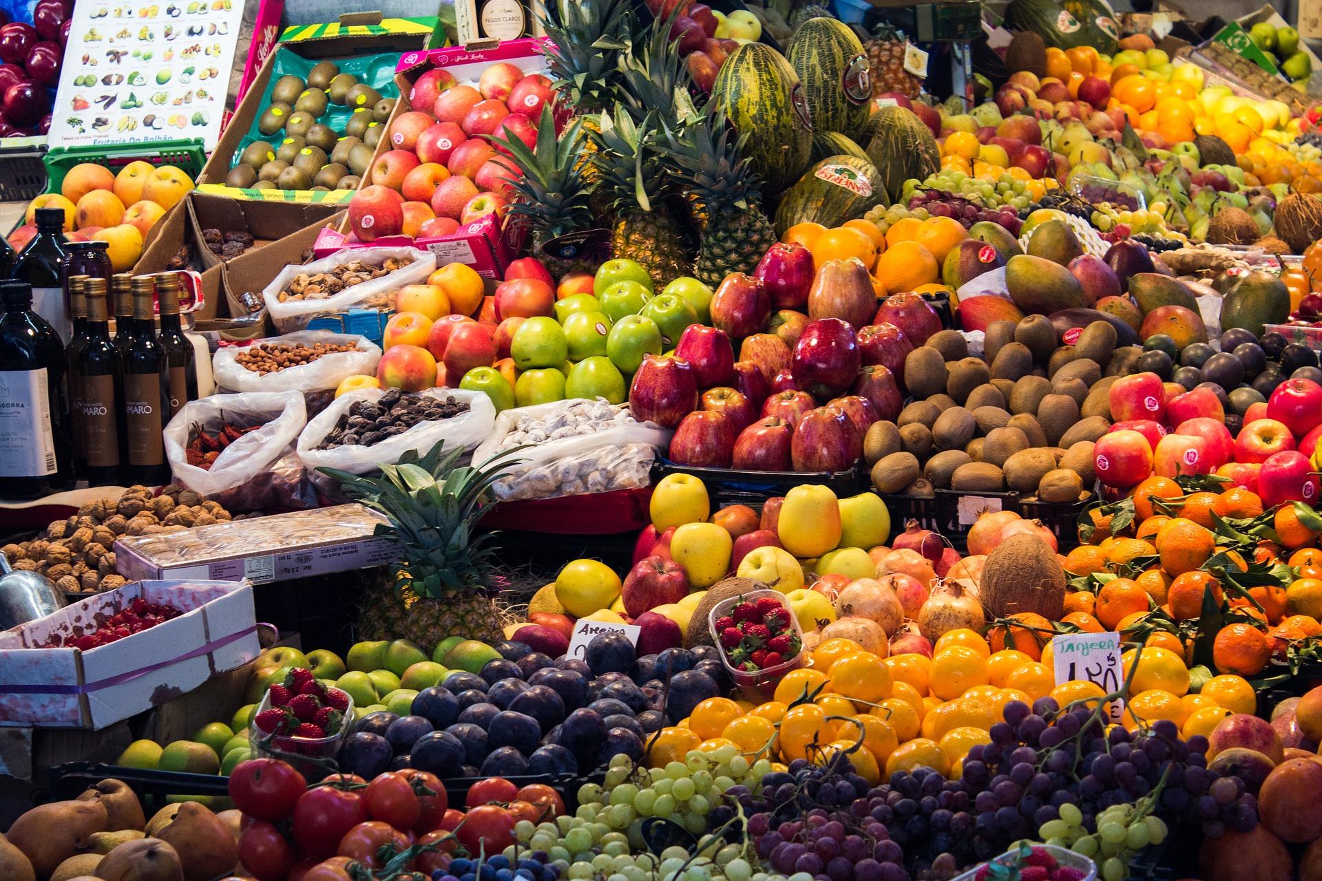 Frisches Obst auf dem Basar kaufen in Marrakesch während des Kurz Trips in Marokko