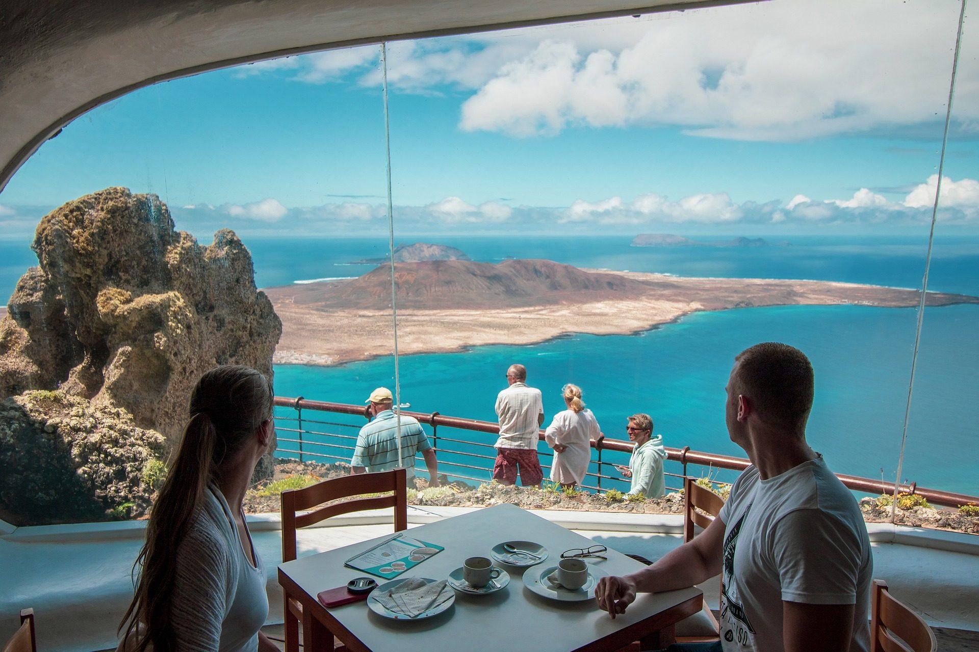 Günstigen Flug und Mietwagen auf Lanzerote - Rundreisen ab 90,46€ p.P im Restaurant mit dieser Aussicht
