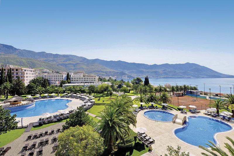 Montenegro Travel aussicht auf das adriatische Meer im Pool