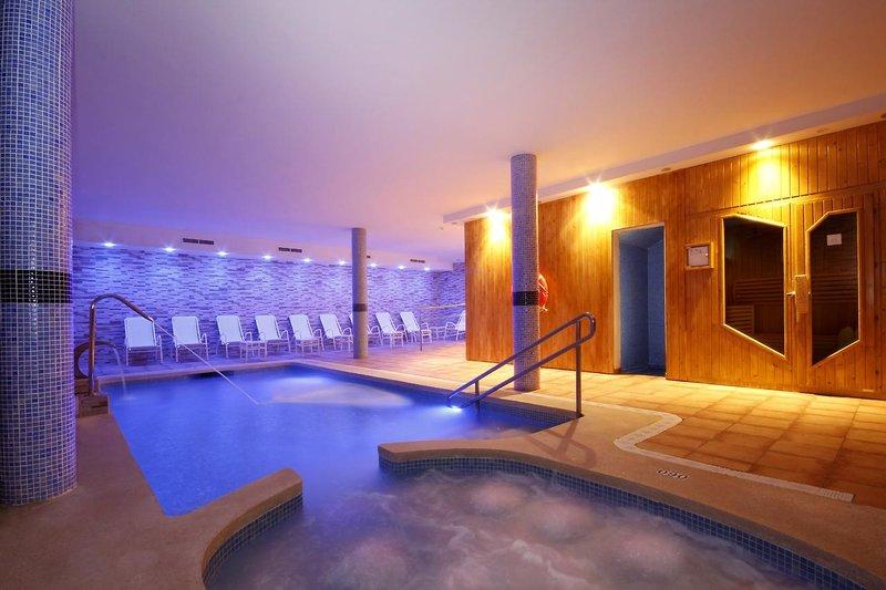 Pool im Hotel Indoor mit Sauna Wellenssurlaub All Inclusive