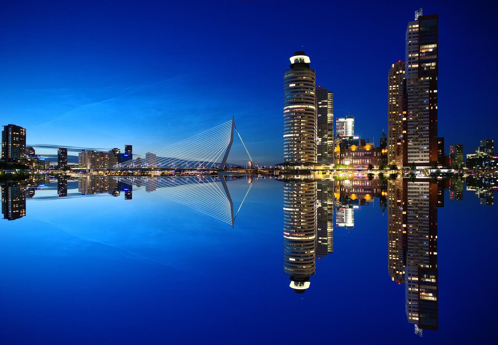 Rotterdam bei nacht während der Hafenrundfahrt in Rotterdama auf dem Kreuzfahrtschiff
