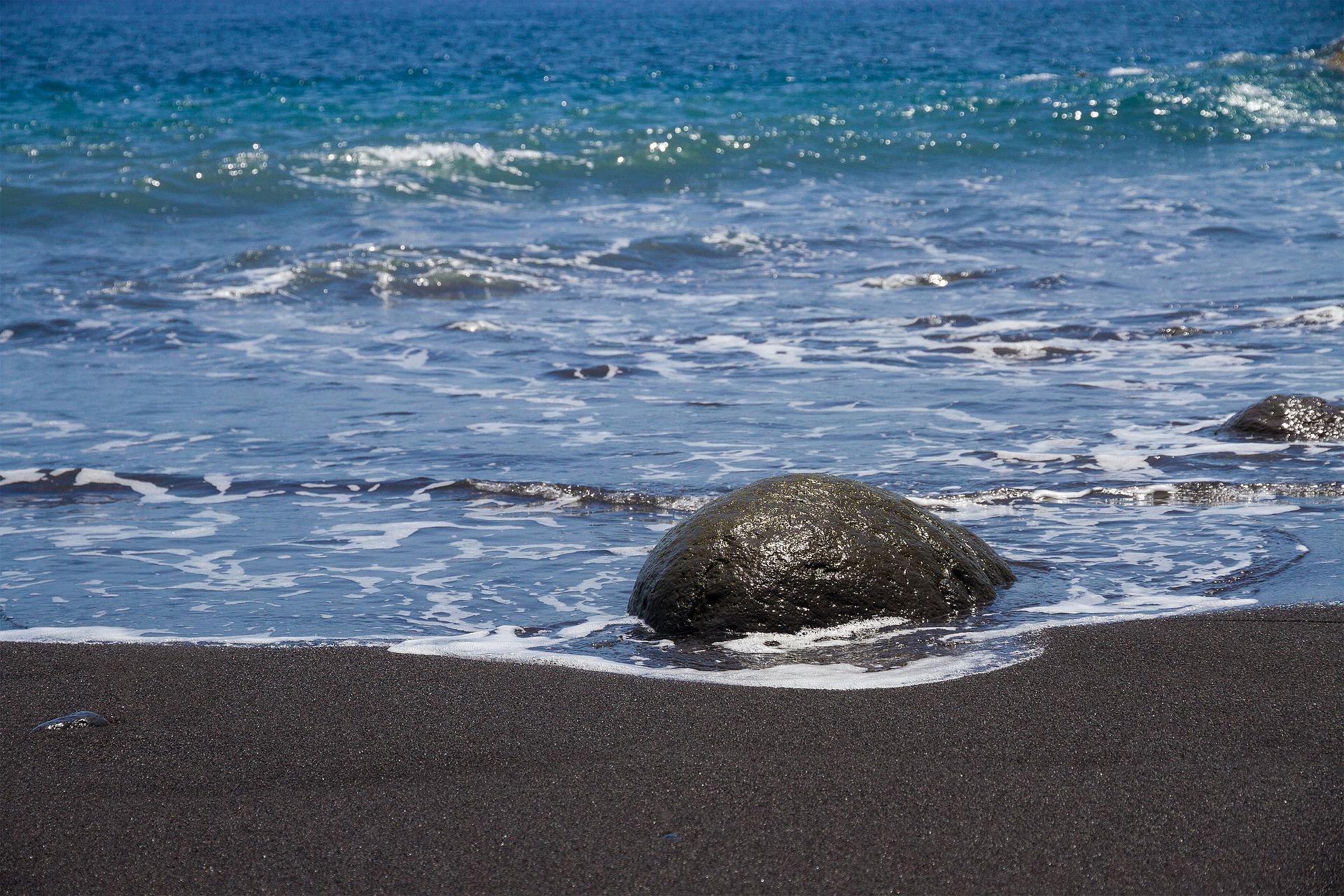 Schwarze Lavastrand auf den Kanaren auf der Insel Gomera