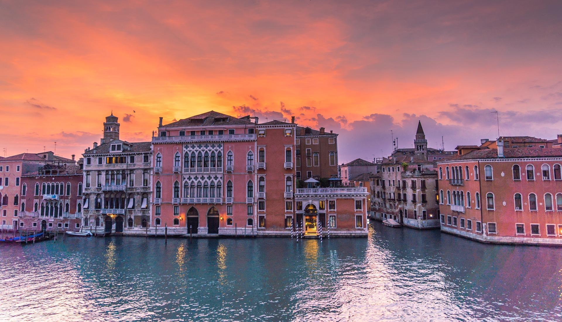 Sonnenuntergang über den Dächern von Venedig Städtereise