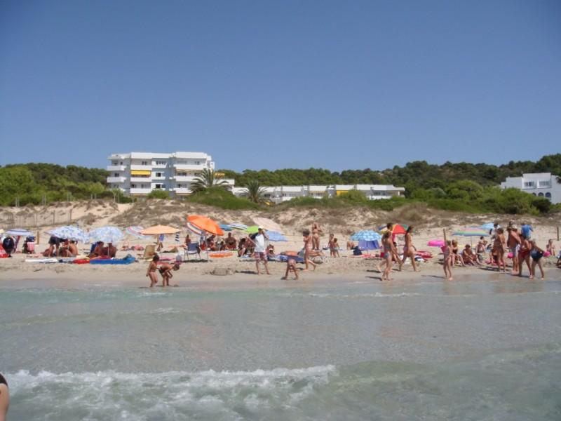Strand am Hotel in Menorca