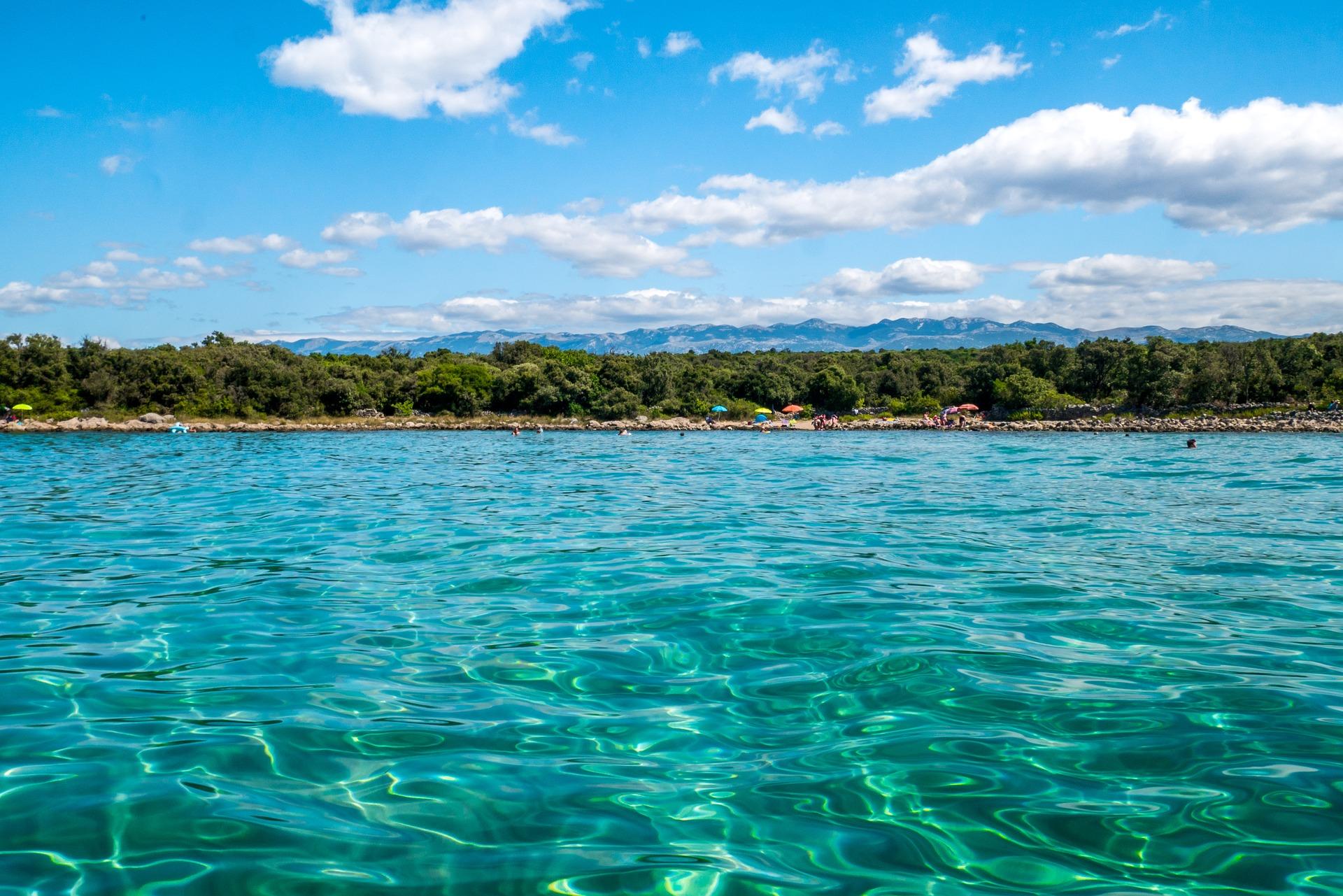 Viel spaß beim Baden im Meer während der Sound der Weltbesten DJ's durch die boxen ströhmt- Spring Break Kroatien 2019