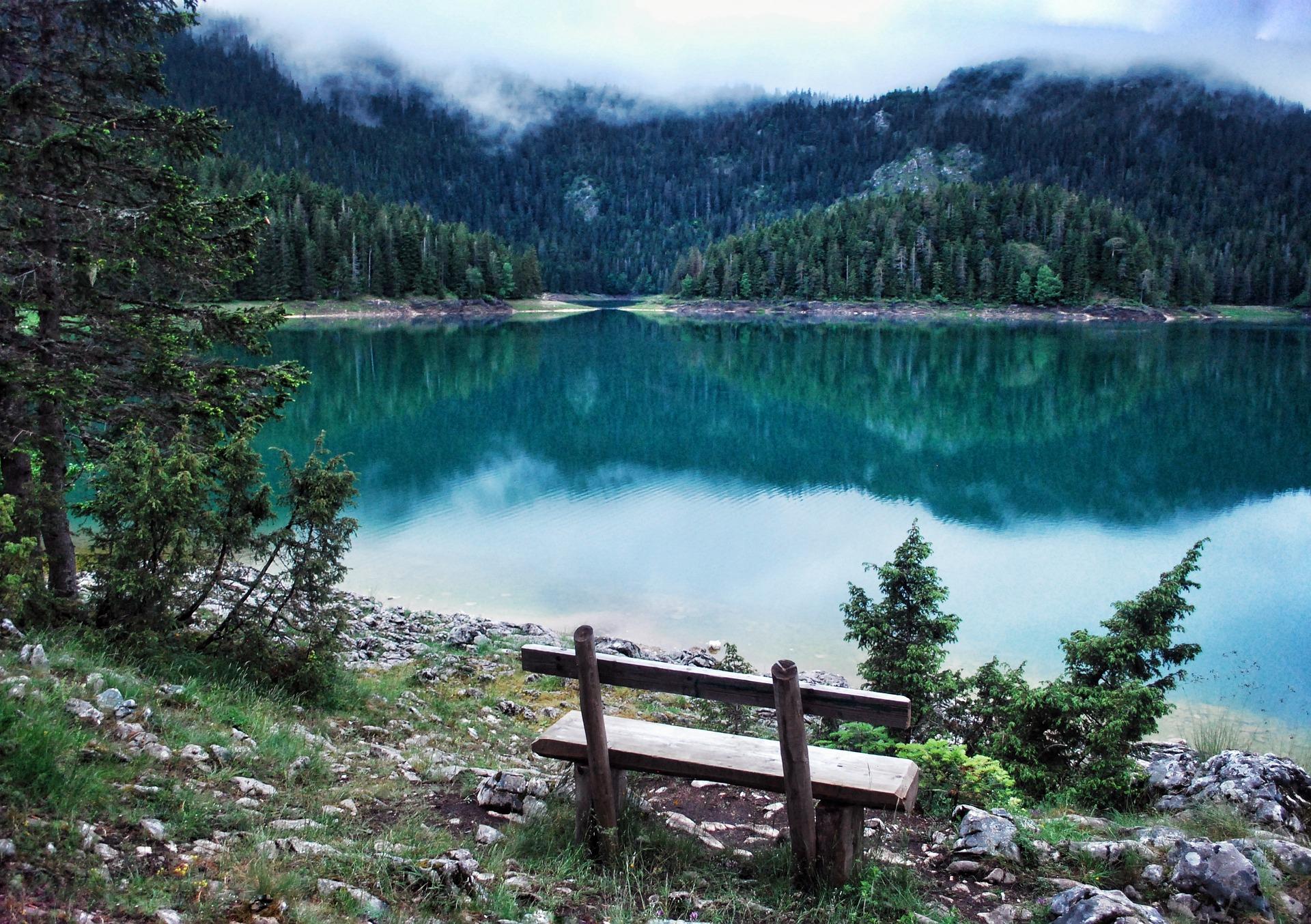 Zahlreiche Seen befinden sich im Landes inneren des Balkan Staates