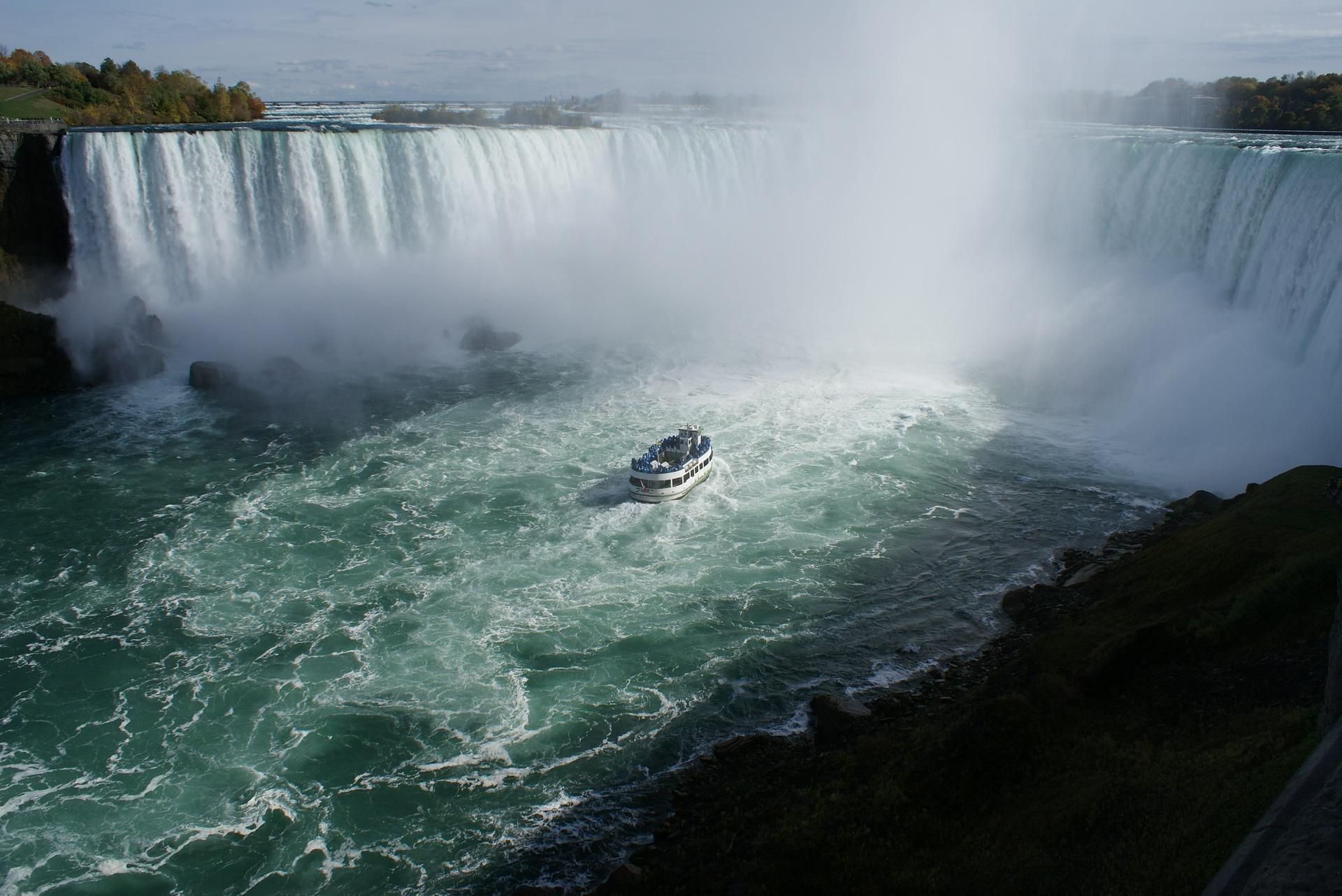 An den Niagarafällen Urlaub machen, am besten mit einem Mietfahrzeug Kanada erkunden