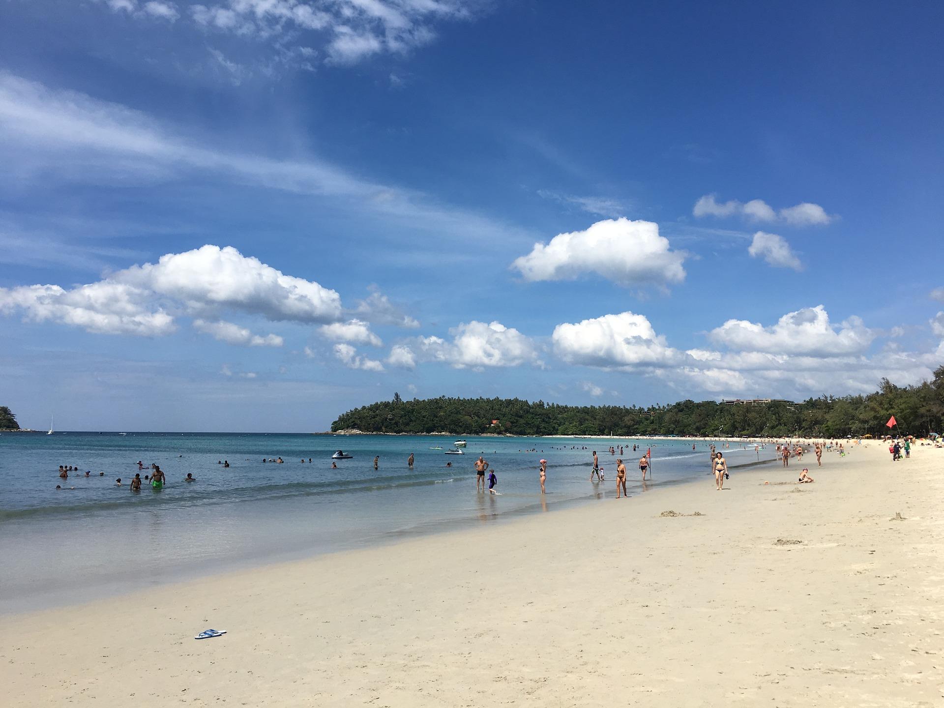 Der Strandabschnitt von Bang Tao Beach der beliebteste Strand in Phuket selbst die einheimischen kommen hier zum Sonnen & feiern her
