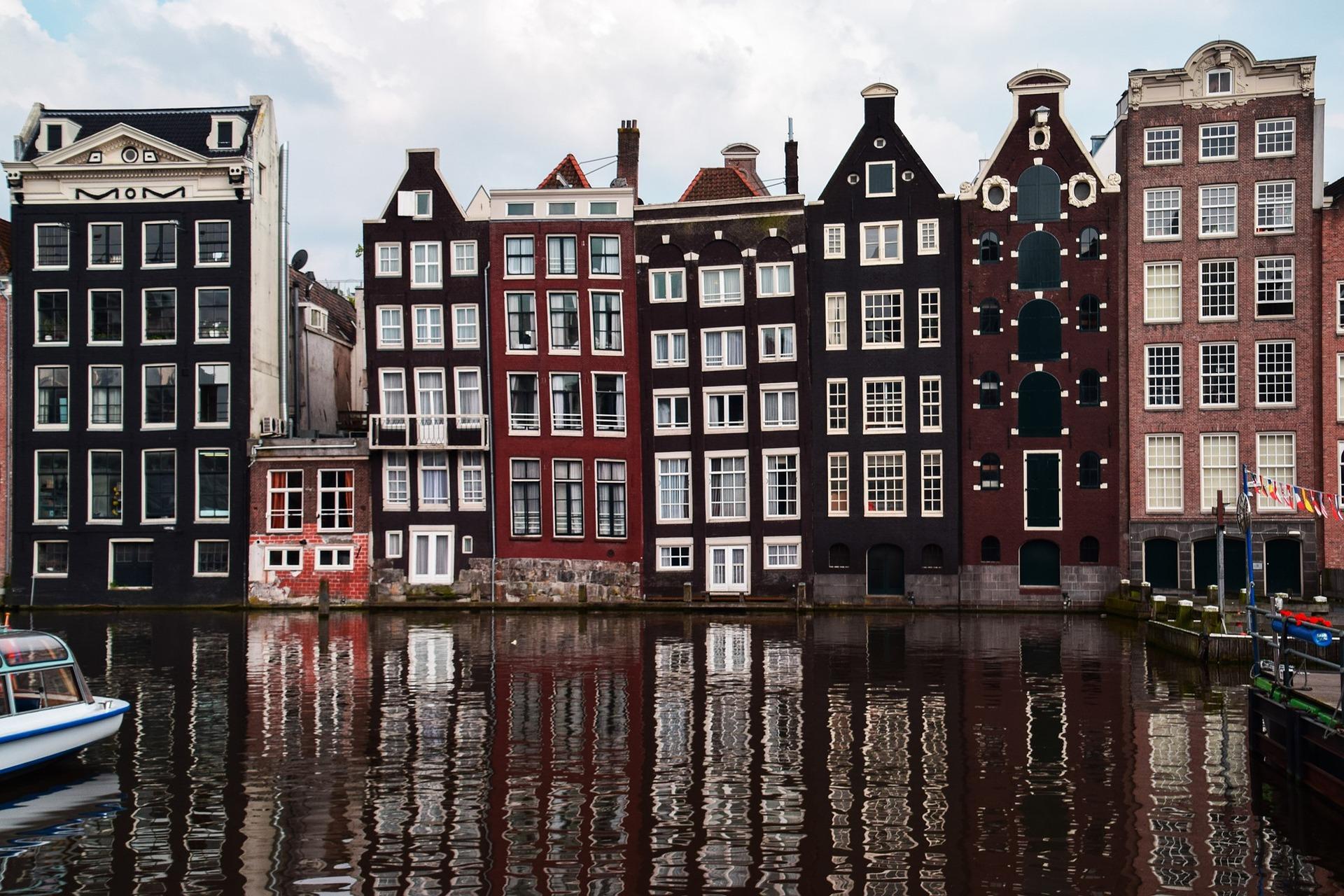 Die Architektur in Amsterdam ist wirklich bemerkenswert, es erinnert fast ein wenig an Venedig