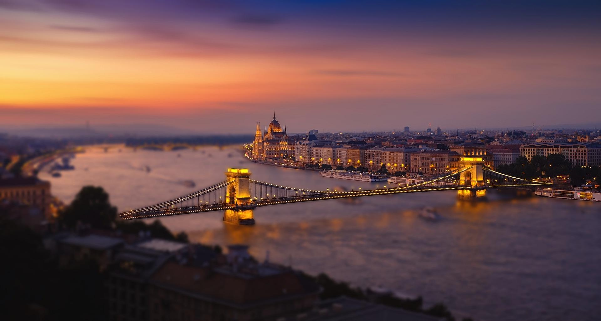 Die Hauptstadt von Ungarn schläft nicht auch wenn die Nacht eintrifft