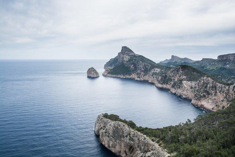 Die Landschaft an der Küste am Mittelmeer auf Mallorca im Ort Port d'alducía