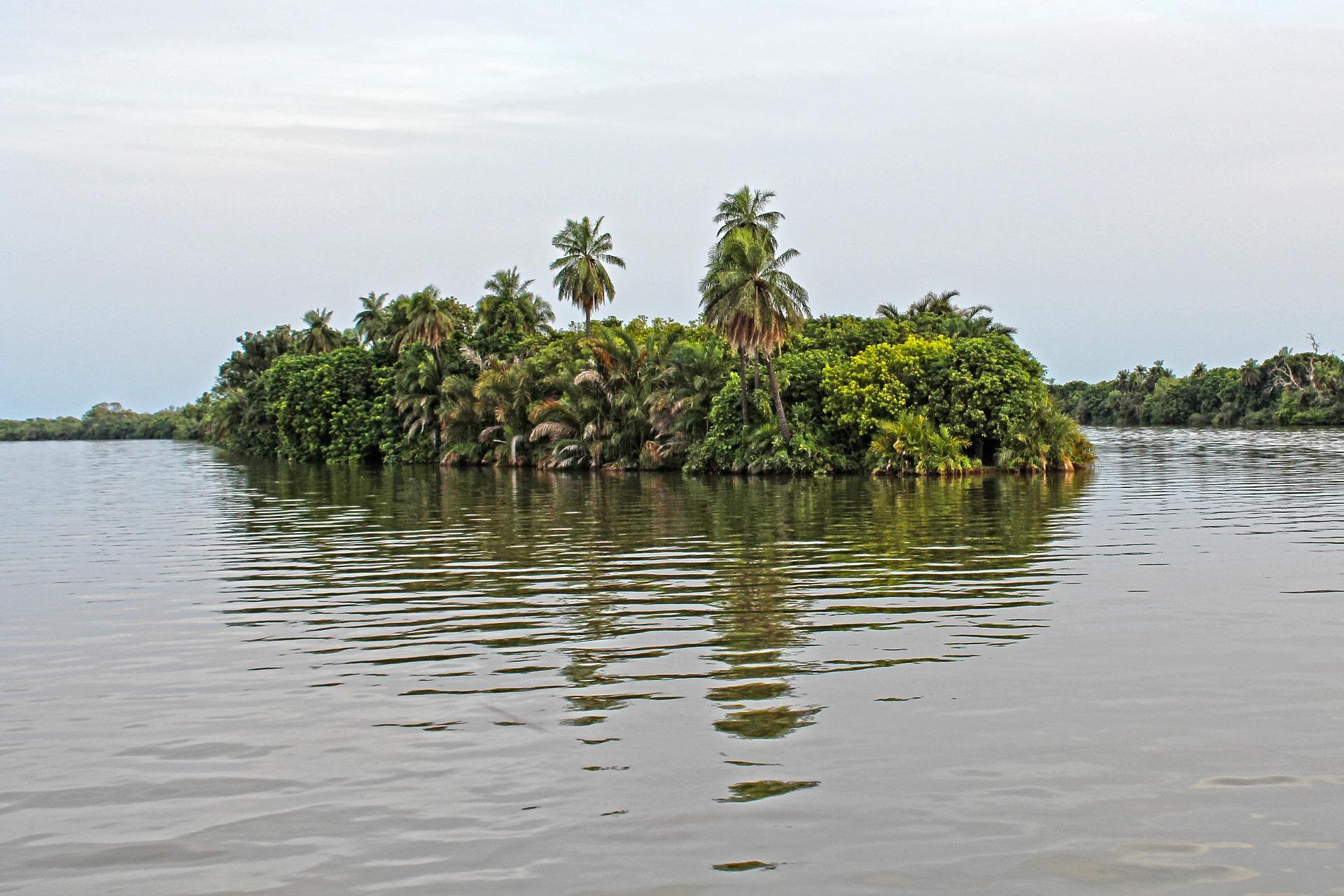 Die Landschaft um Serekunda in Gambia herum