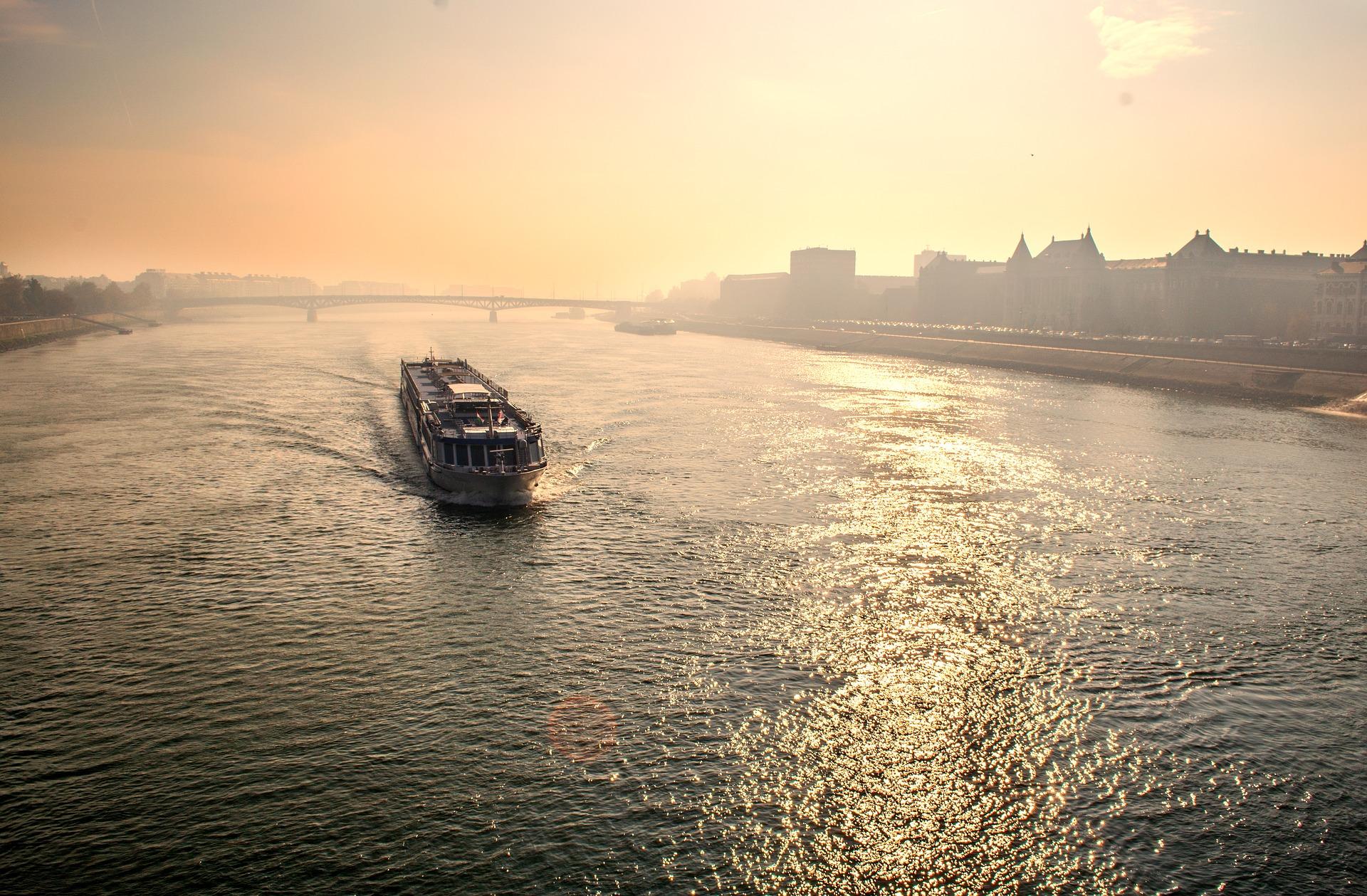 Direkt zum Sonnenuntergang startet die Schifffsfahrt auf der Donau mit Abendessen und Live Musik