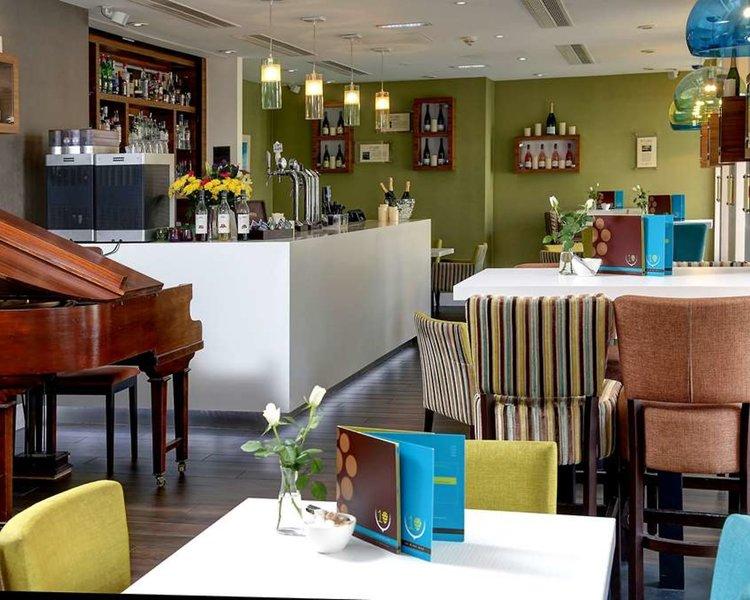 Eine sehr moderne Bar im Hotel