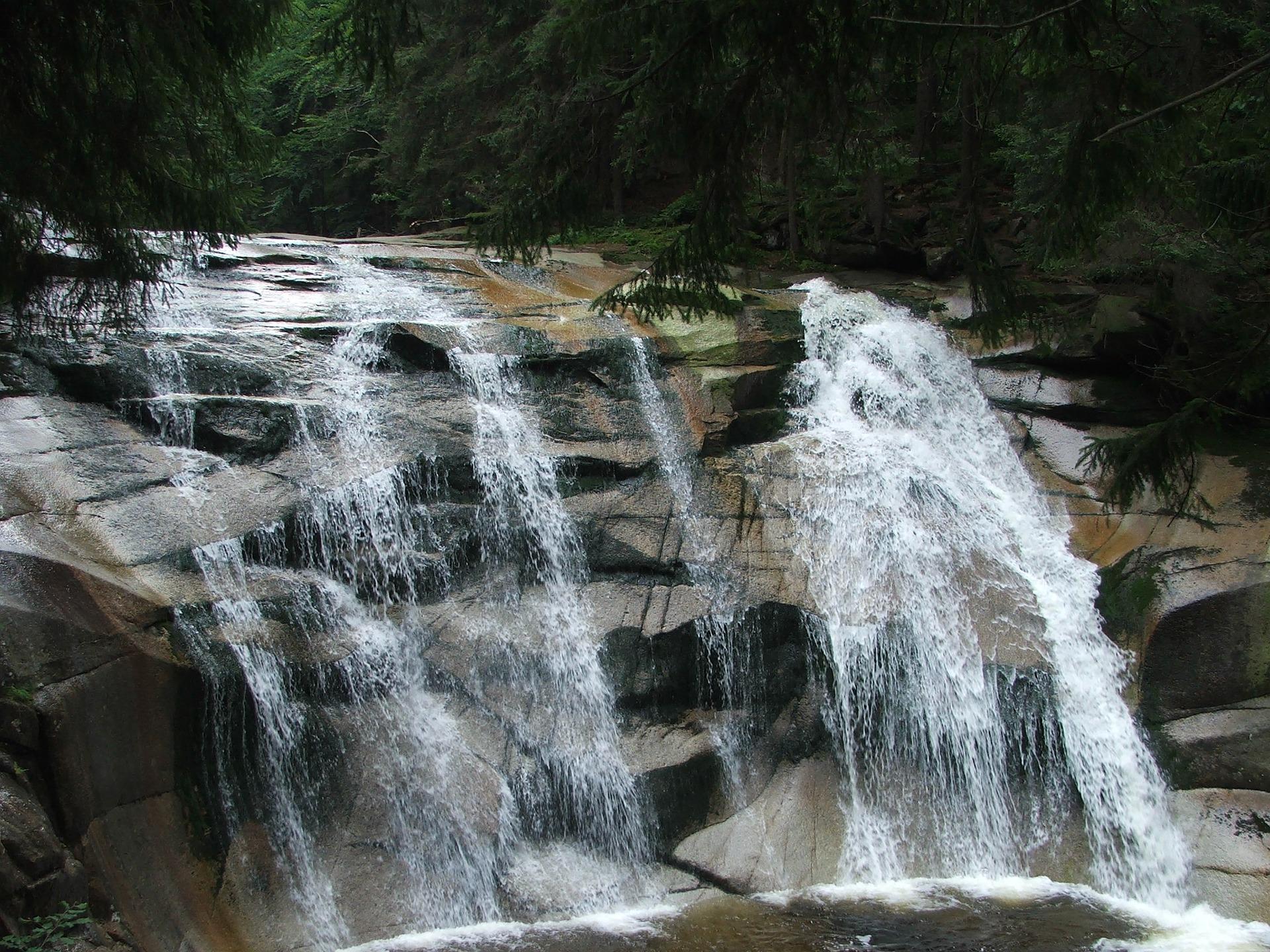 Harrachov Wasserfall Mumlava in Tschechien - wandern Sieim Wald zu den berühmen Wasserfall