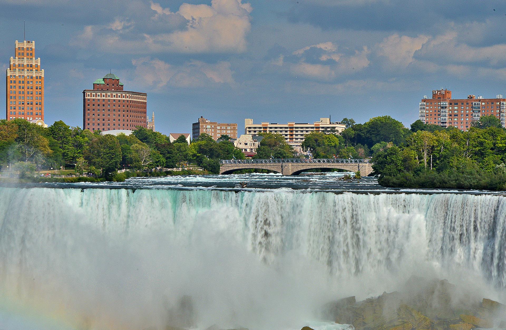 Ihr günstiges Hotel an den Niagarafällen hat einen perfekten Blick auf die Niagarafälle - die Grenze zwischen Kanada und USA