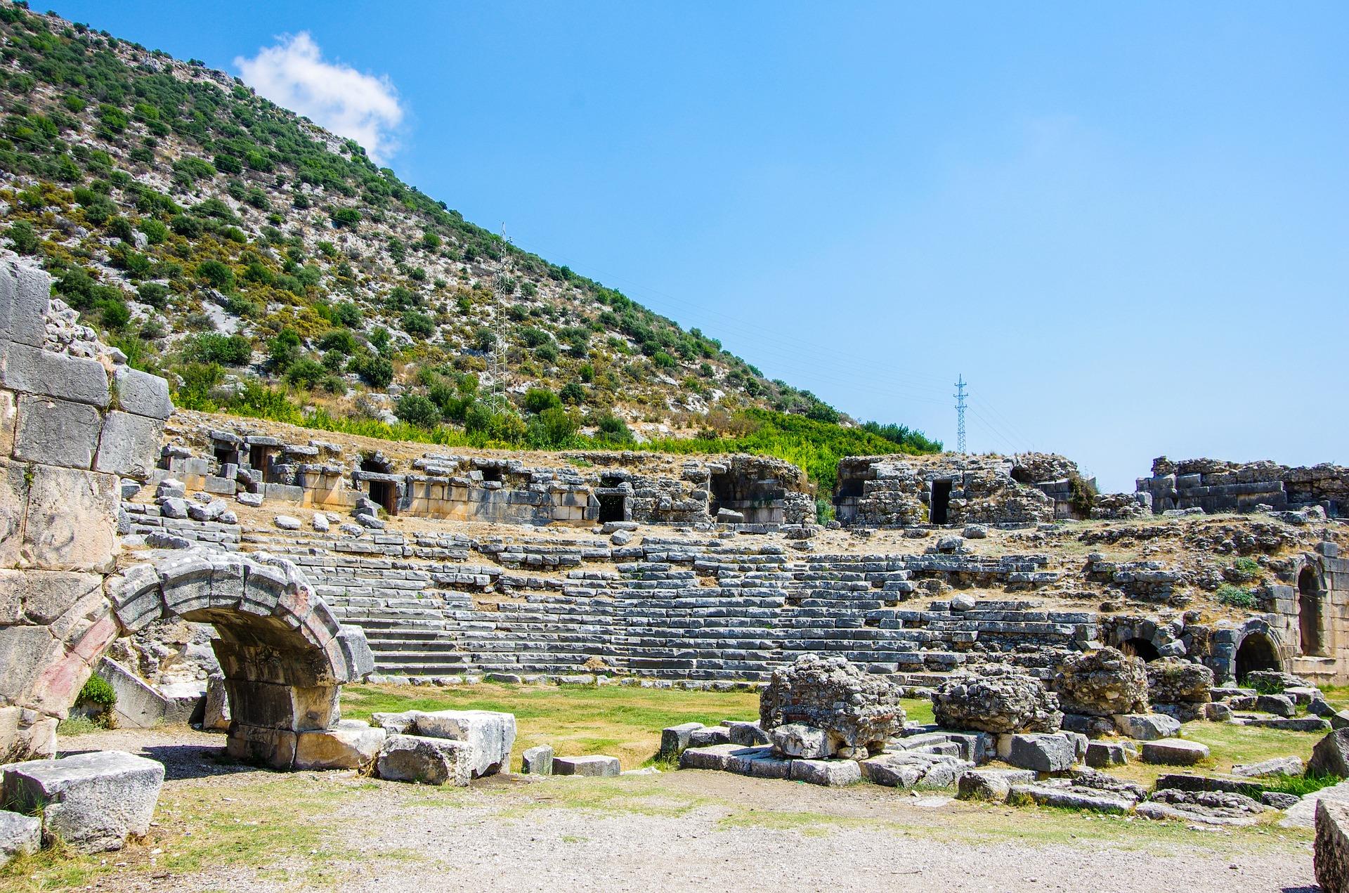 Mit öffentlichen Verkehrsmitteln kommen Sie sehr schnell nach Antalya zu den alten Ruinen