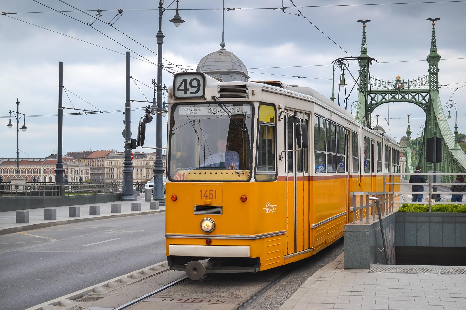 Nutzen Sie die Straßenbahn um von A nach B zu kommen in der Metropole