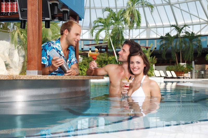 Poolbar in der Therme in Oberbayern -Badeurlaub