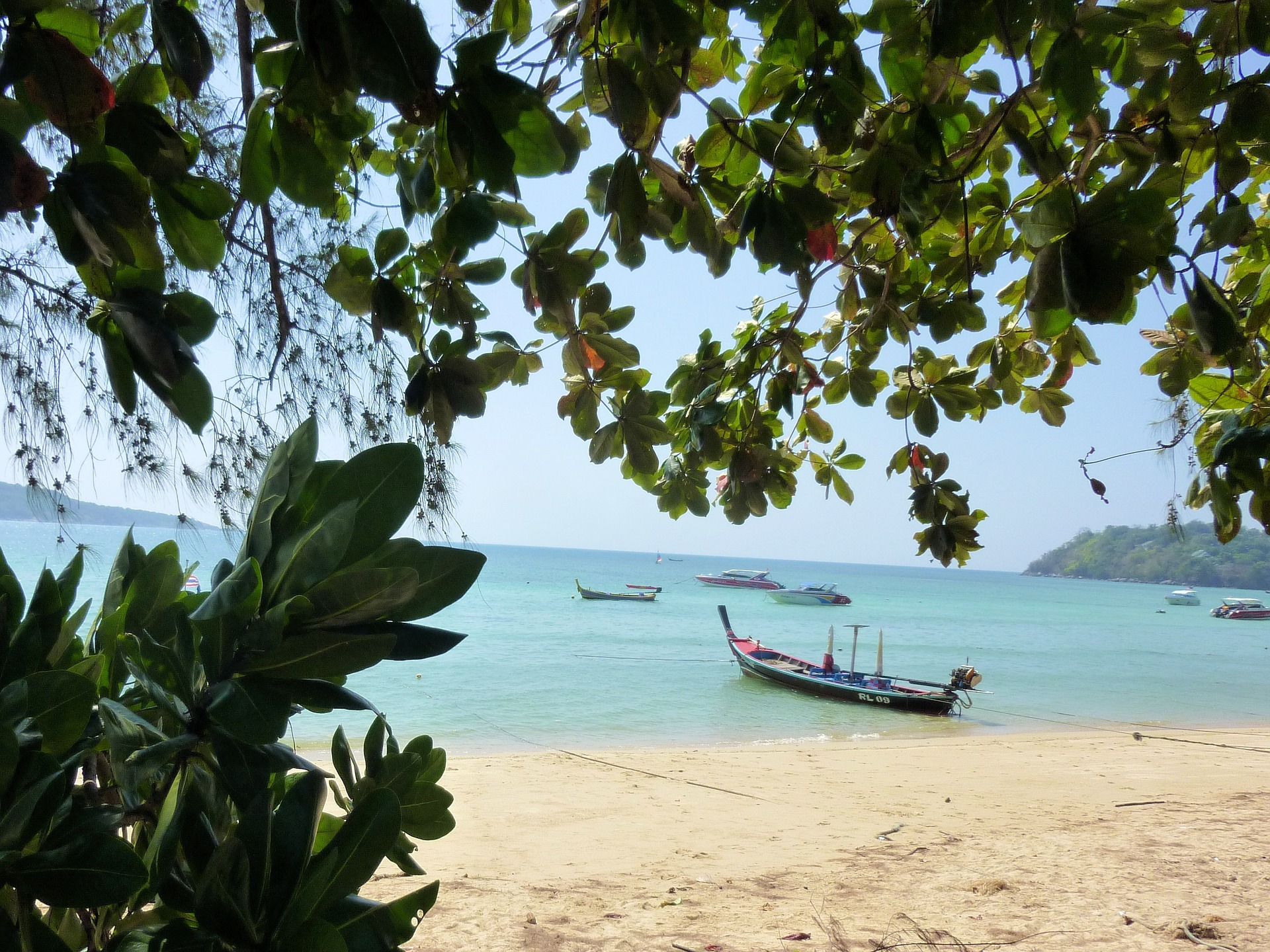 Rawai Beach bedingte Bademöglichkeiten, von hier aus Starten die Boote richtung Nachbarinseln