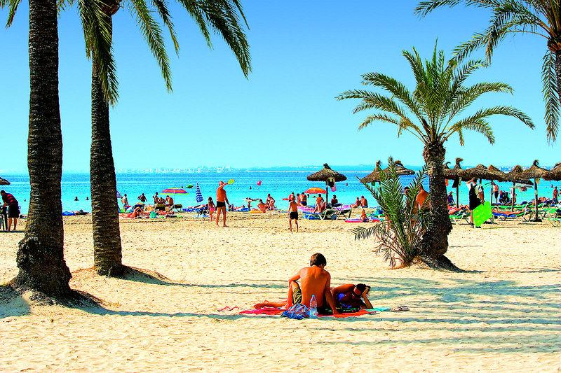 Sandstrand direkt am Hotel Piscis by Blue Sea Acludia Mallorca - Erwachsenenhotel