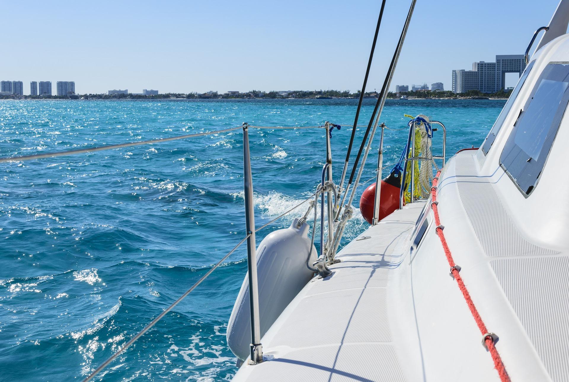 Sie fahren mit dem Glasboot raus zur Stelle des Museum Punta Nizcu unterwasser