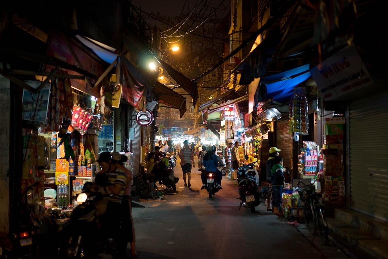 Straßen der Hauptsadt Hanoi bei Nacht