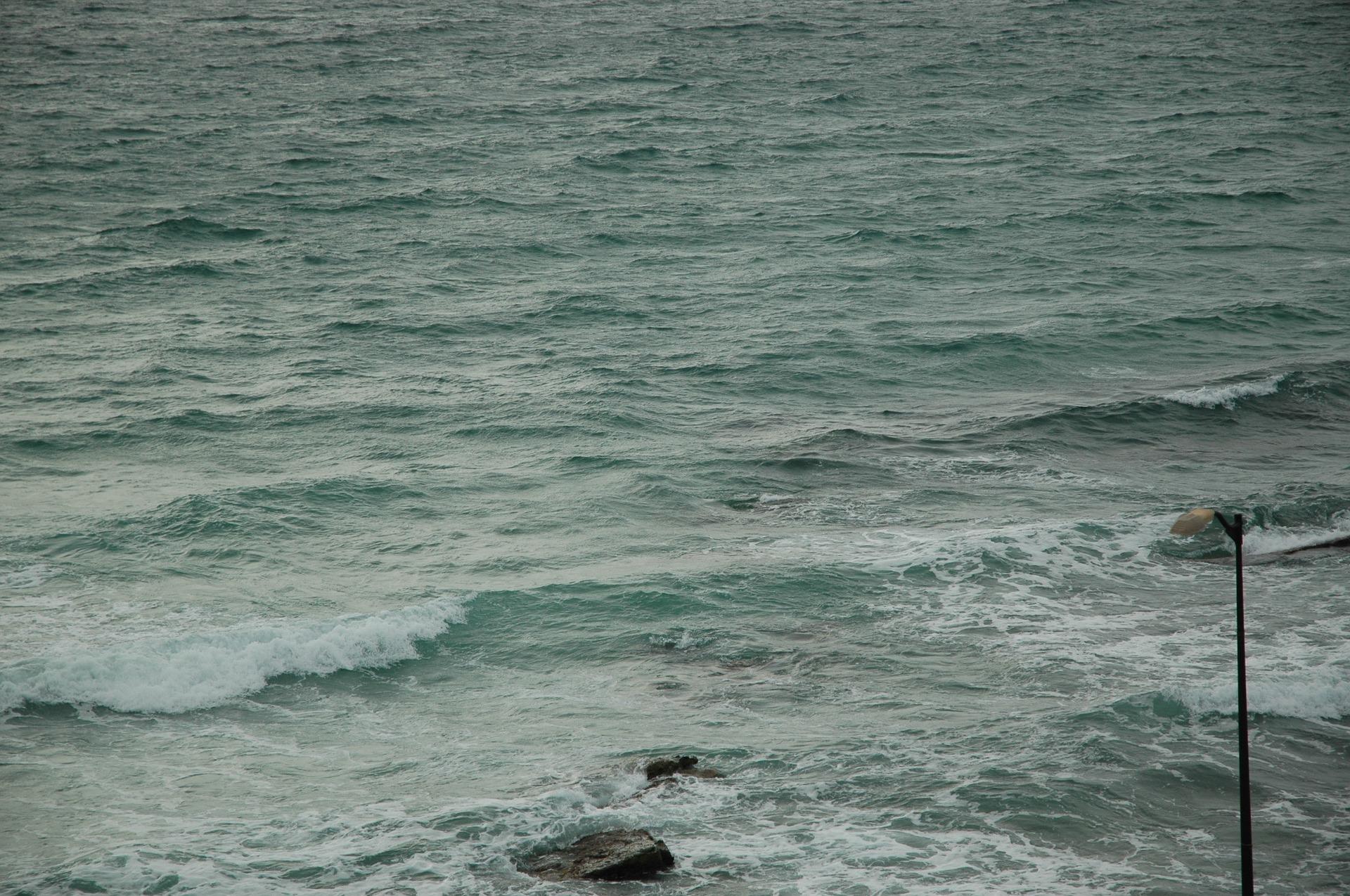 Wellen vom Meer an der Halbinsel in Hammamet