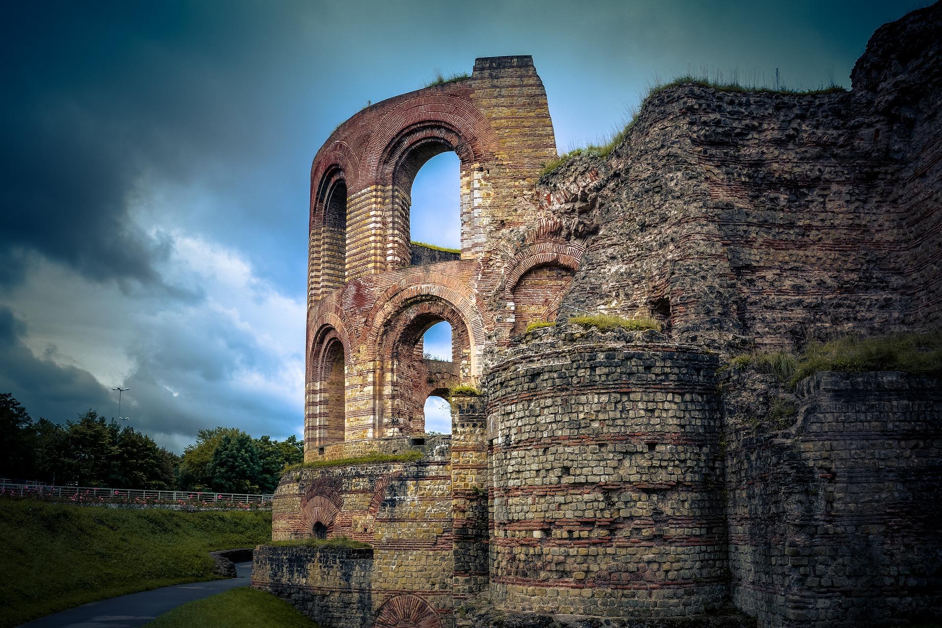 Alte Ruinen der Römer Stadt Trier plane einen Wellnessurlaub in der Pfalz