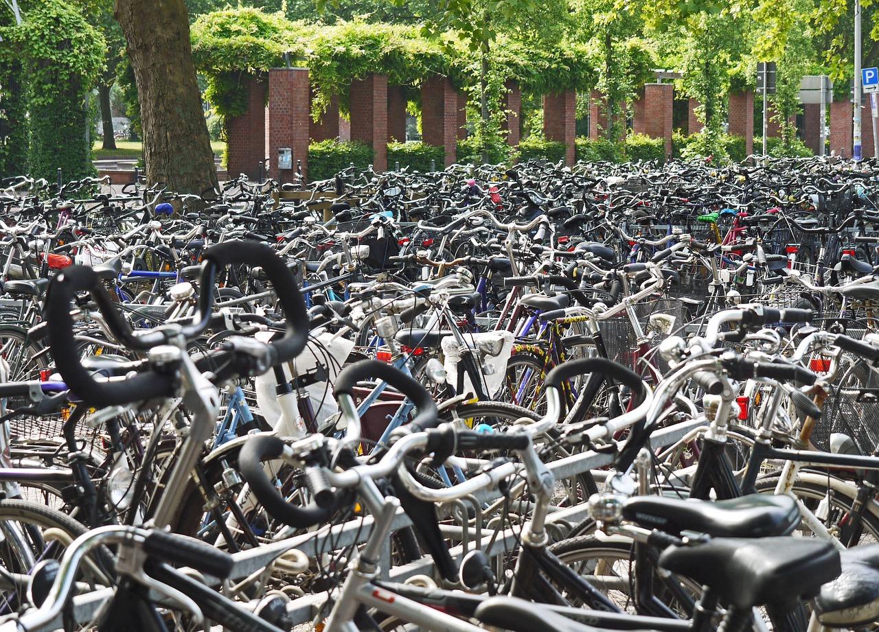 Am Bahnhof findet Ihr ein Meer voll Fahrräder, es gibt sogar ein eigenes Parkhaus für die Drahtesel