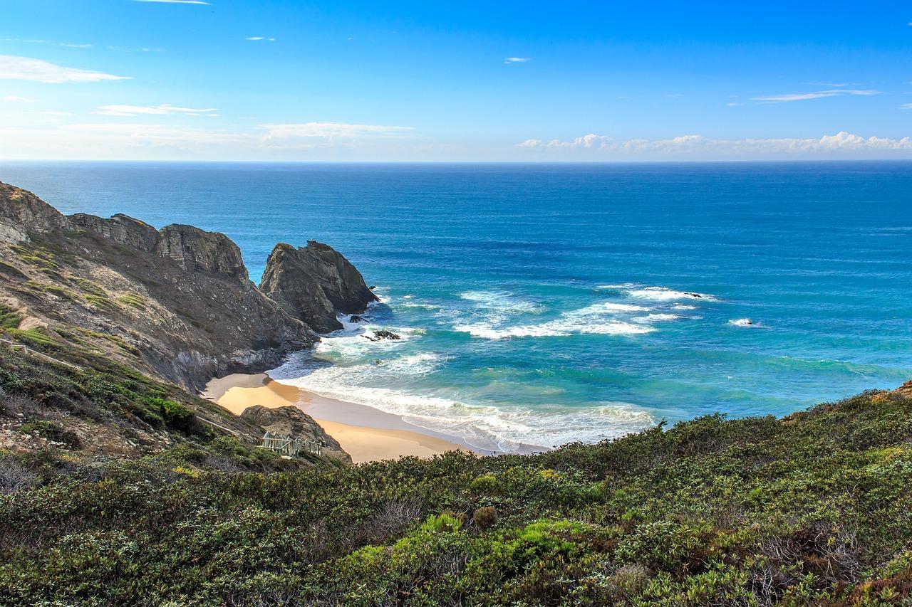 An den Klippen gibt es immer irgendwo eine Treppe um an so einen einsamen Strand zu relaxen