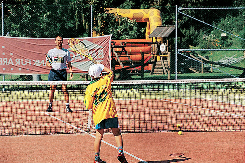 Auch ältere Geschwister können sich beim Tennis & Beachvolleyball austoben