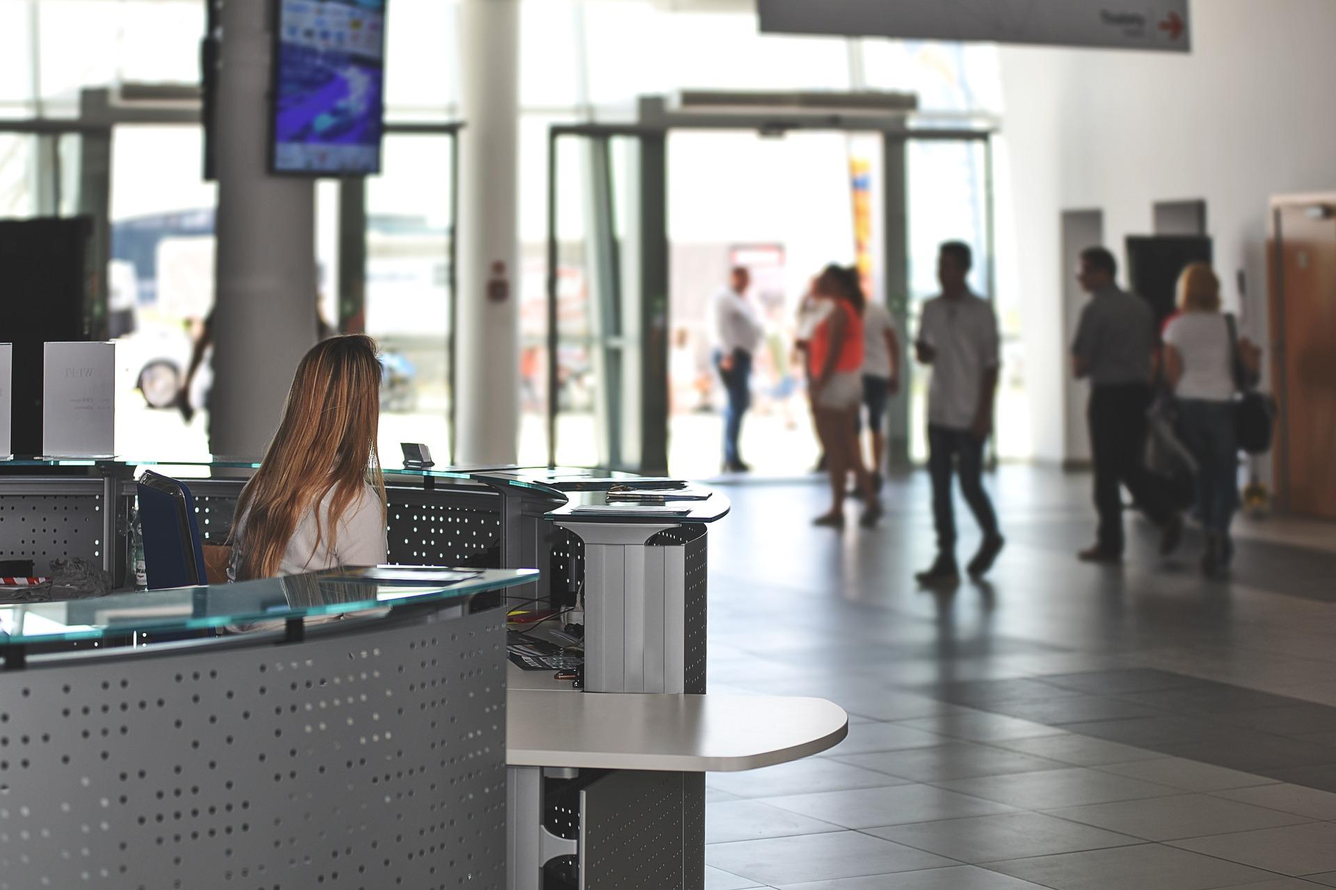 Aus dem Terminal raus und direkt deinen Begleiter in das Hotel finden im Orangen Tshirt mit dem Transfer Schild