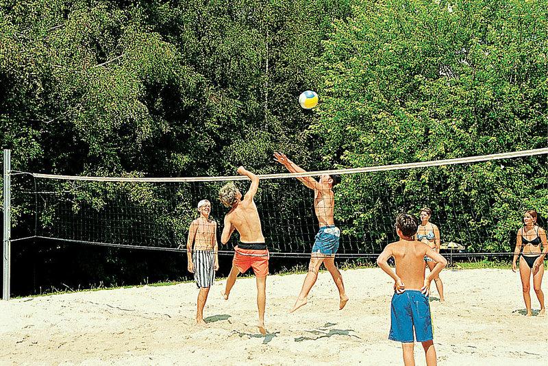 Beachvolleyball spielen im Ferienpark mit 252 Wohneinheiten