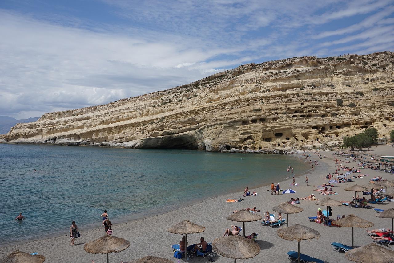 Buchten mit Höhlen auf der beliebteste Insel in Griechenland