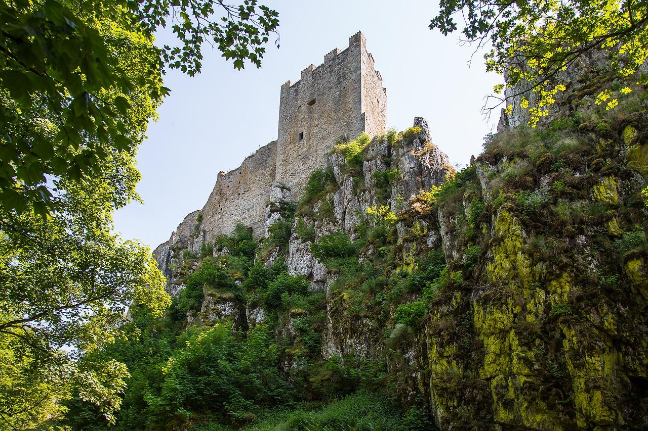 Burgen & Klöster werdet Ihr bei den Wanderungen durch den Wald ständig entdecken