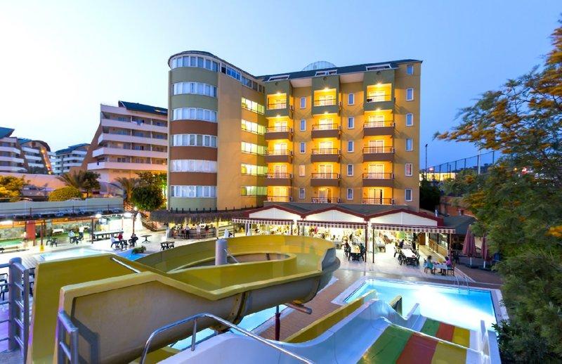 Das Hotel bietet für Kindern optimale Urlaubsbedingungen dank der Poolanlage mit den zahlreichen rutschen