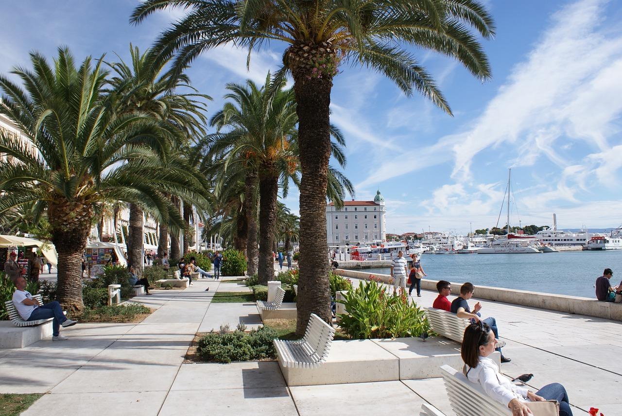 Der Hafen der Küstenstadt in Norddalmatien