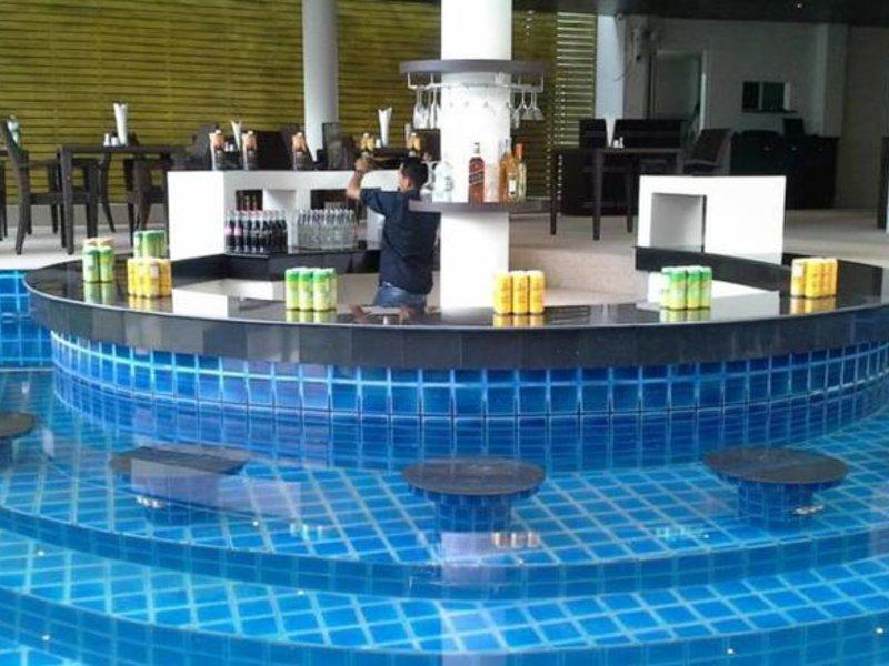 Die Poolbar vom Bayshore Ocean View Hotel am Patong Beach