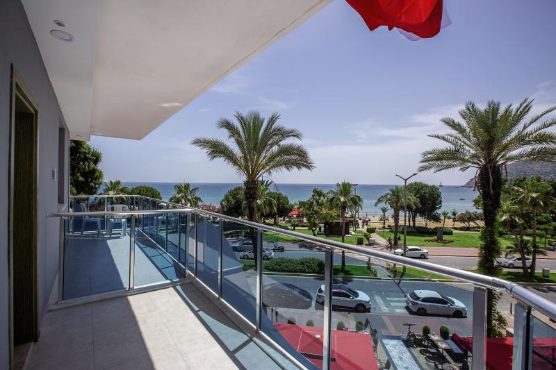Die Zimmer sind ausgestattet mit einem Balkon - perfekten seitlichen Meerblick
