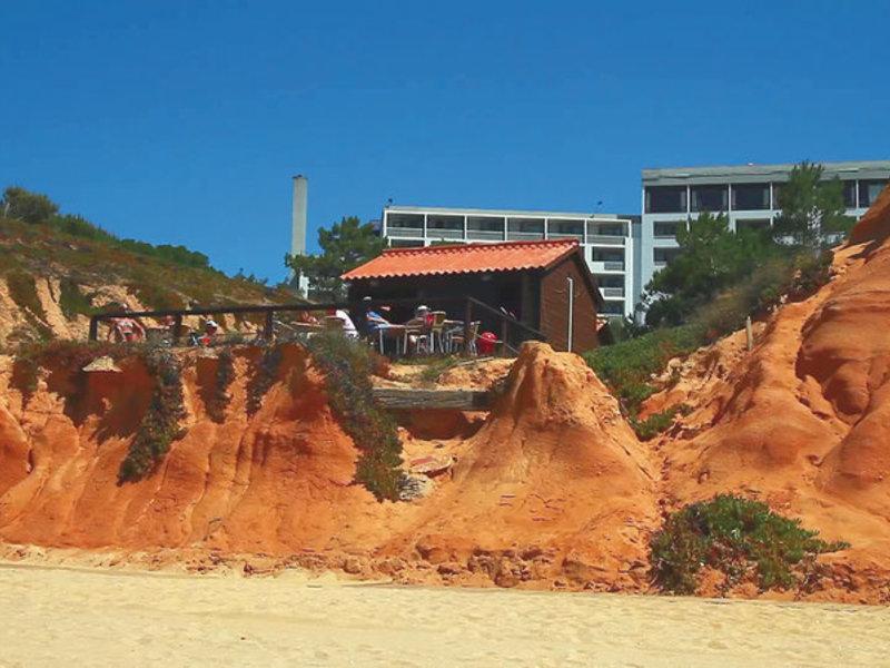 Direkt am Strand liegt die Hotelanlage in Albufeira