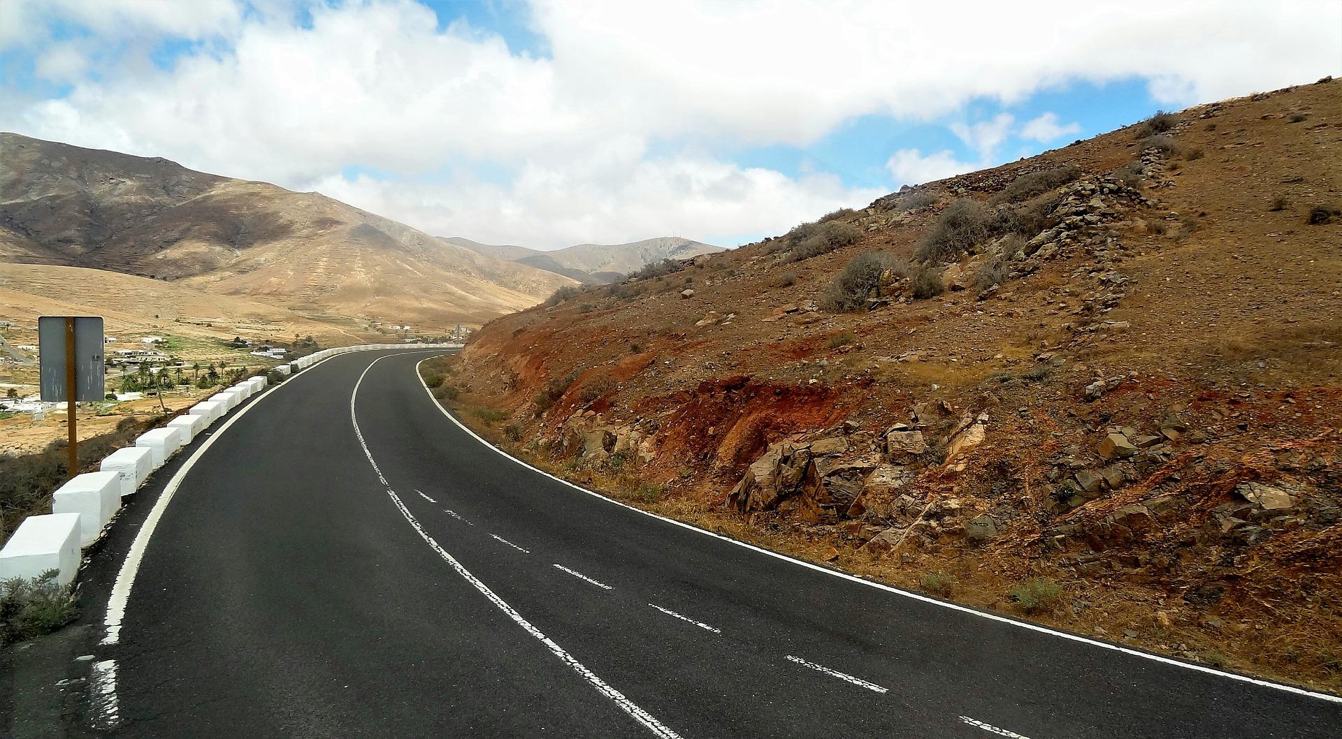 Durch die Berge Fahren und die Strände erkunden