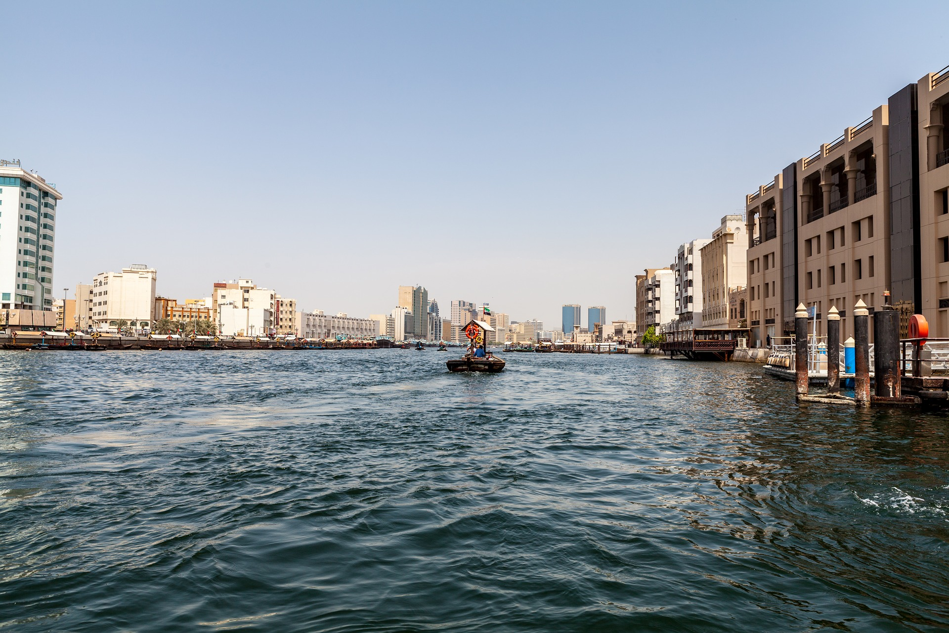 Ihr bewegt euch am günstigsten über die Wasserstraßen in den Vereinigten Arabischen Emiraten - an der Küste