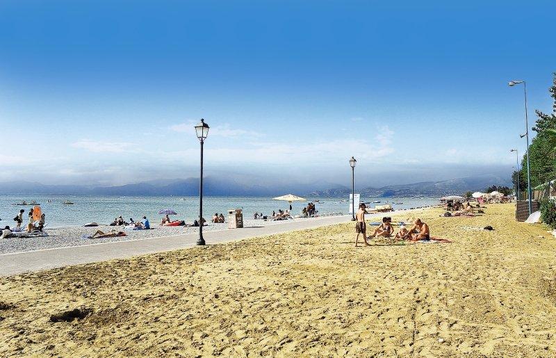 Kaum zu glauben wie schön der Urlaub am Gardasee sein kann, ein perfekter Sandstrand erwartet Sie in Pescheira del Garda
