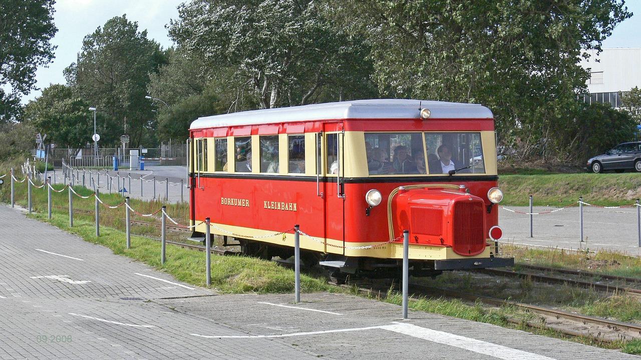 Mit der Borkumer Bahn kommt Ihr am gemütlichsten um die Insel im Ostfriesland