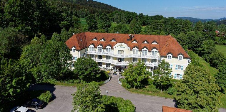 Mitten in den Bergen des Waldes liegt das Hotel bis zur nächsten Skipiste ist es nicht weit - Hohenwarth Wellnessurlaub im bayrischen Wald