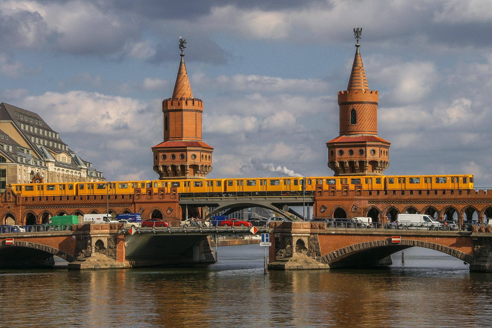 Oberbaumbrücke _Die Spree in Berlin