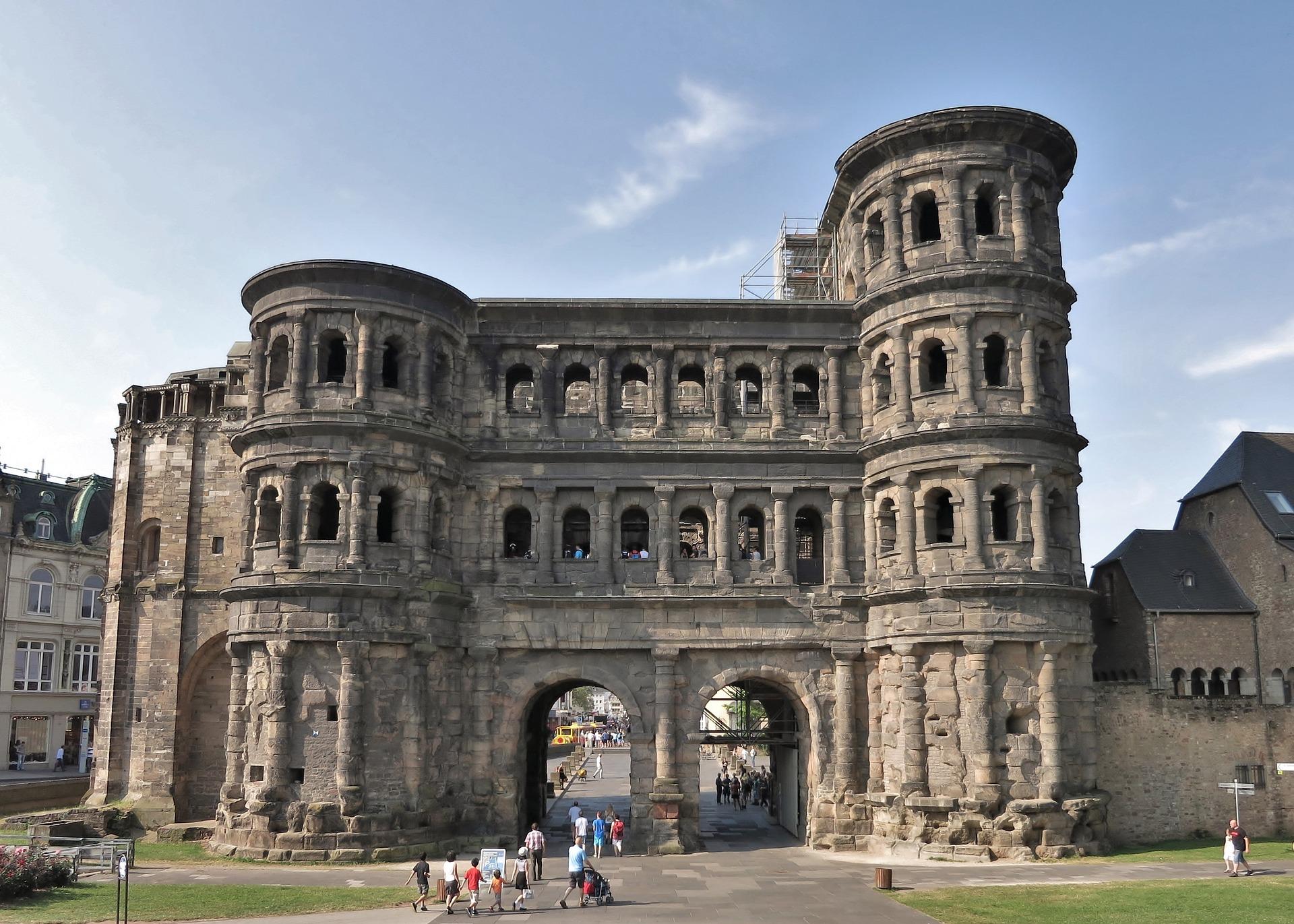 Porta Nigra das berühmte Wahrzeichen der Stadt Trier - Sehen