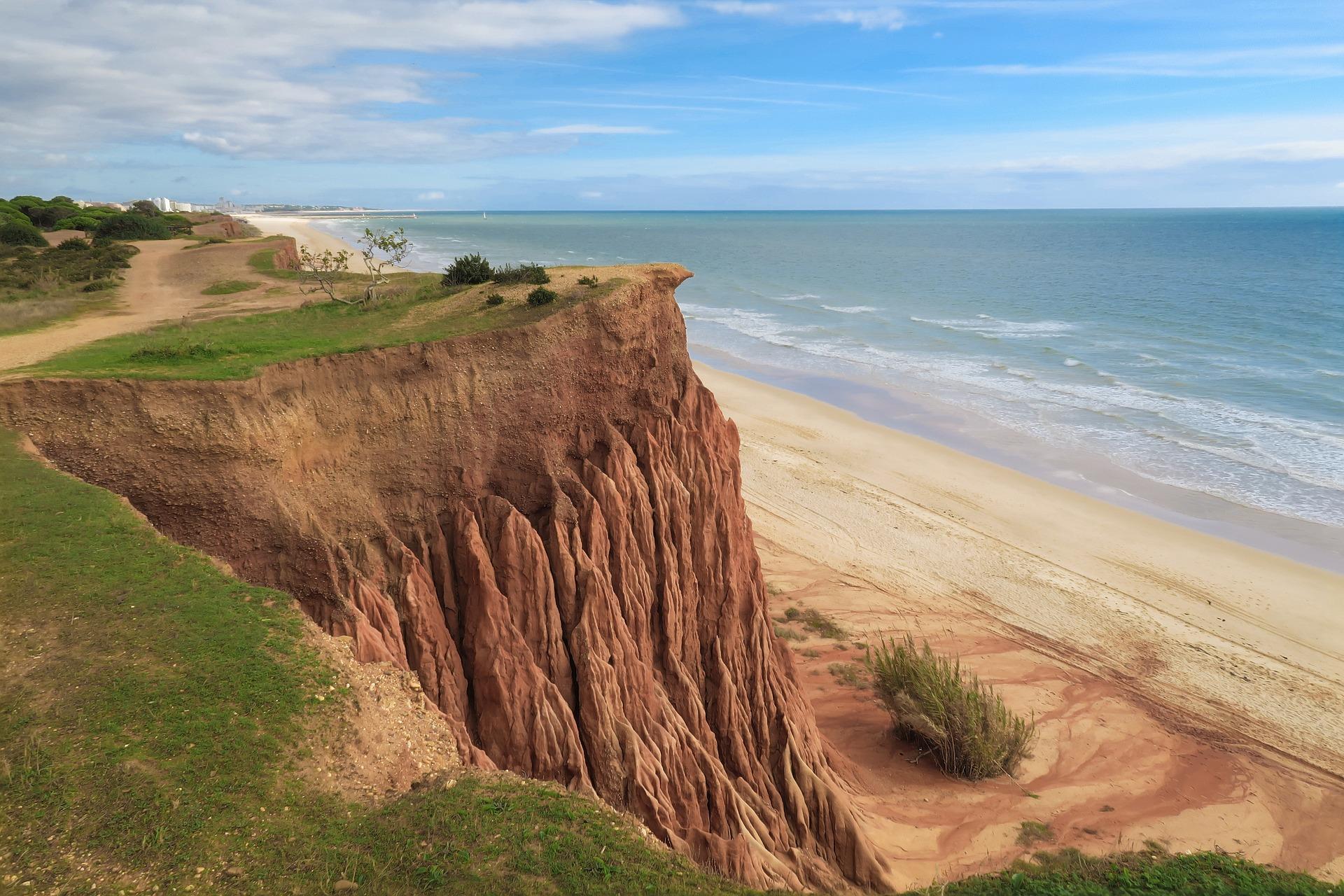 Praia de Falésia an der Atlantikküste im Süden des Landes